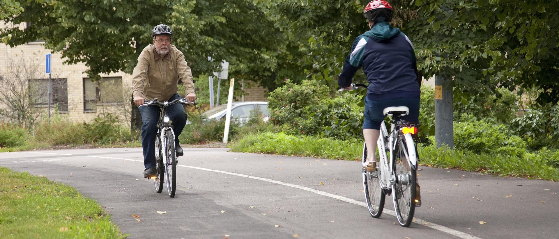 Kuvassa kaksi pyöräilijää kohtaa