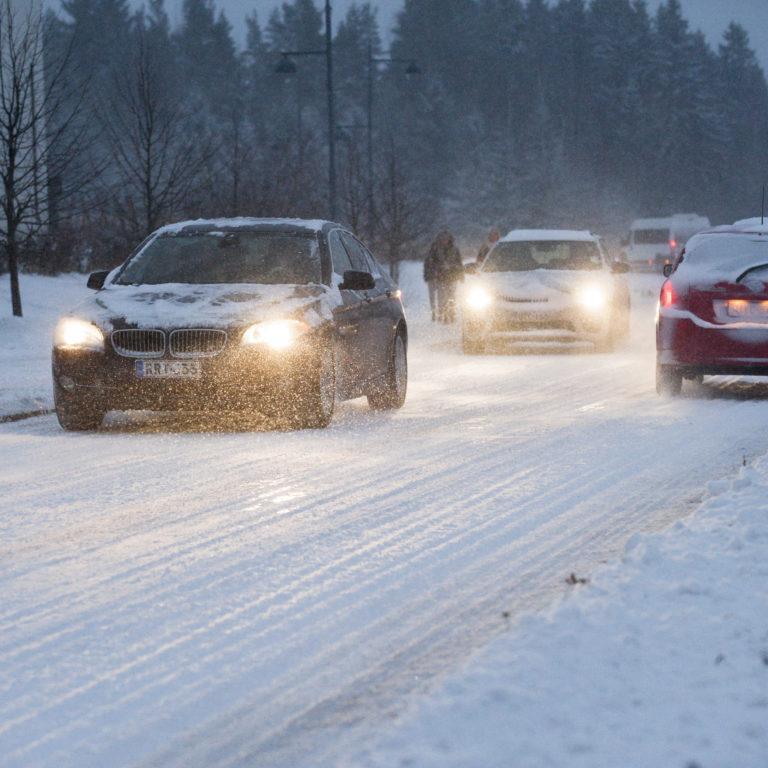 kuvassa autoja talvikelissä