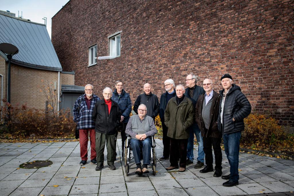 Kuvassa iäkkäitä miehiä.