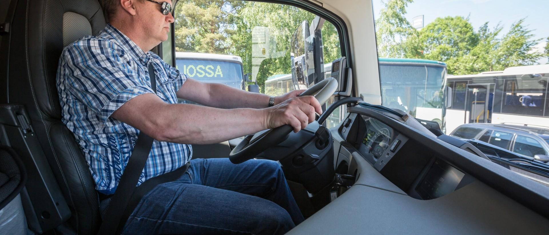 Kuvassa ammattikuljettaja ajossa. Kuva: Ville-Veikko Heinonen/Liikenneturva.