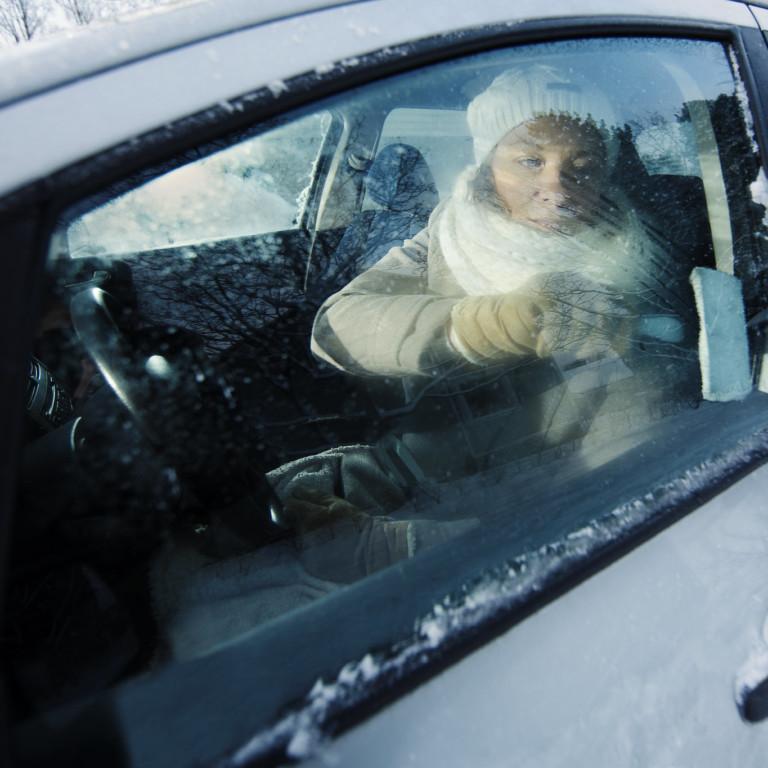 Kuvassa kuljettaja lähdössä ajamaan autoa.