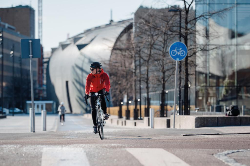 Tässä saattaa kesällä olla rakenteellinen koroke sekä väistämisvelvollisuus pyöräilijän tienylityspaikassa -liikennemerkki.
