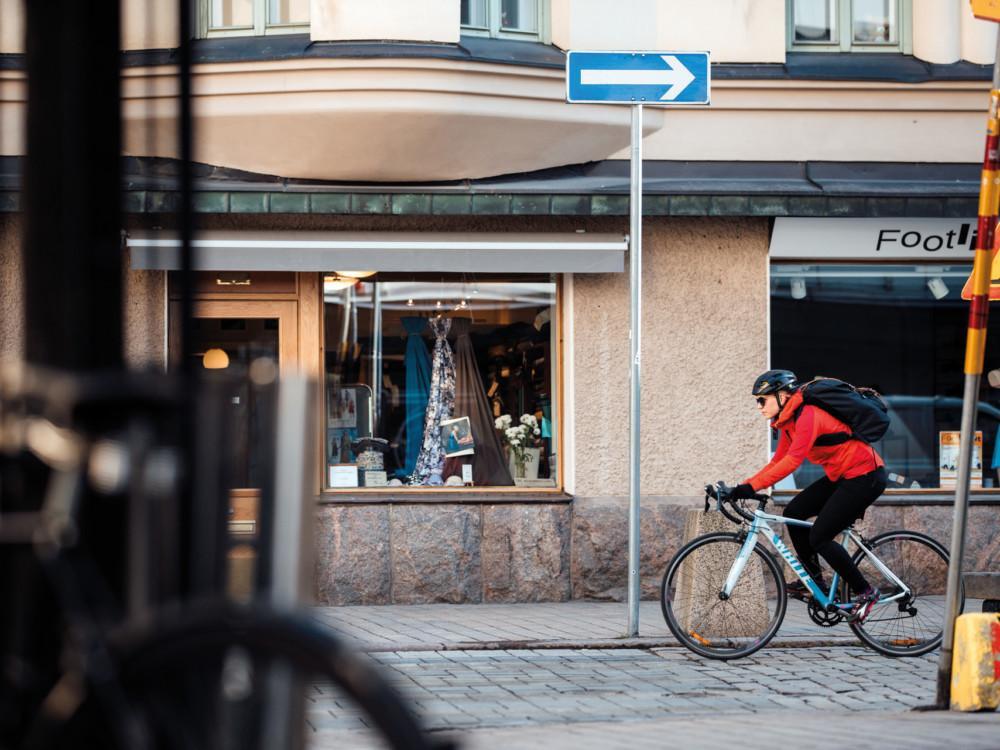 Kuvassa ajetaan pyörällä yksisuuntaista väärään suuntaan.