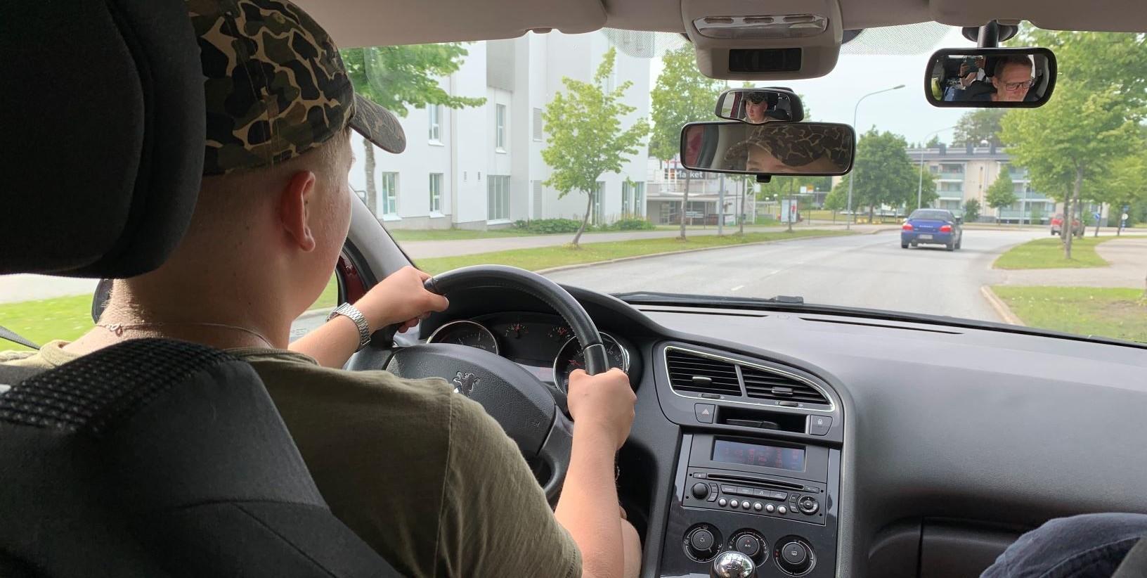 Kuvassa opetuslupalainen harjoittelee ajamista.