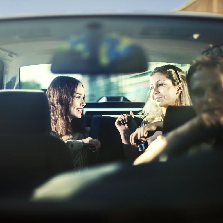 Kuvassa nuoret matkustajat kiinnittävät turvavöitä nuoren kuljettajan kyydissä.