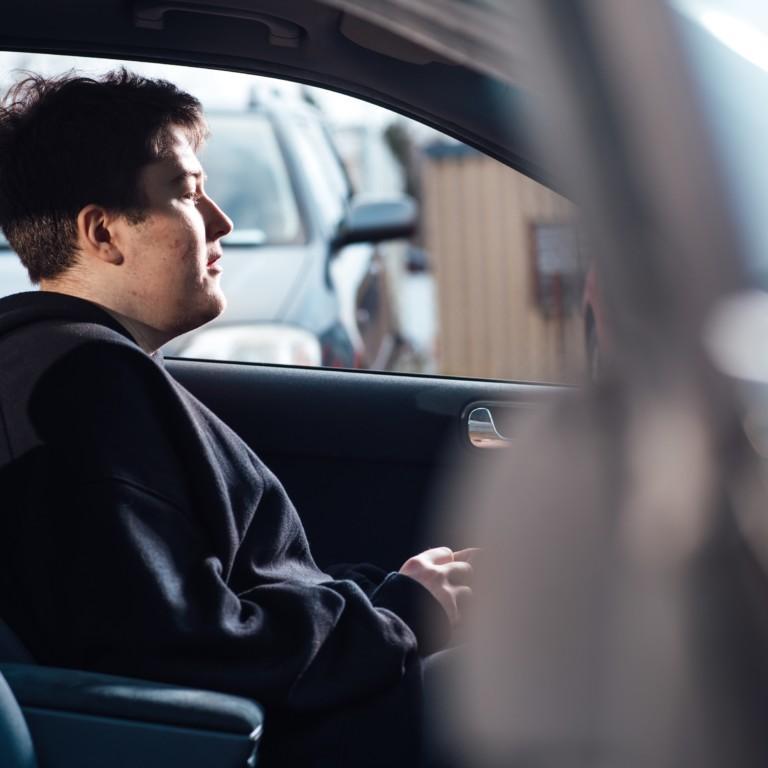 Kuvassa nuori kuljettaja autossa.