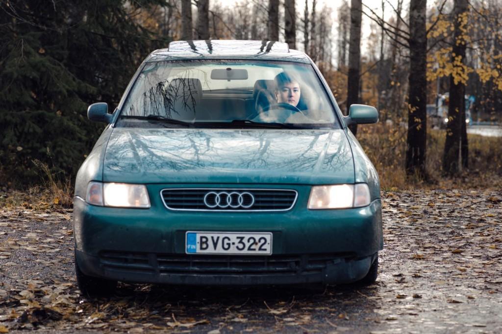 På bilden är Hiirikoski vid ratten i sin bil