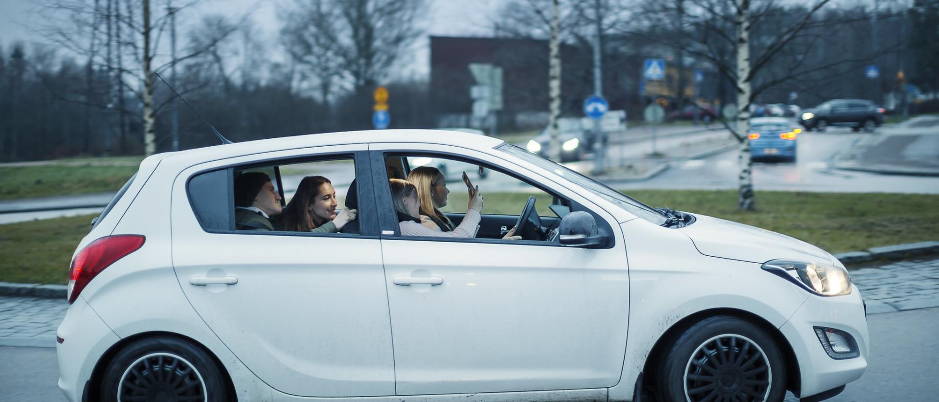 Nuoria henkilöautossa.