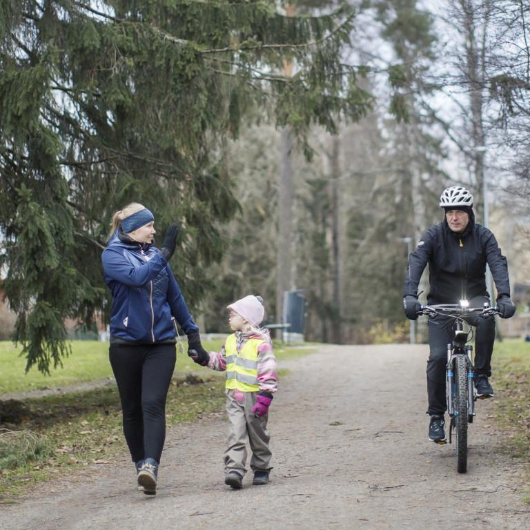 Kuvassa jalankulkijoita ja pyöräilijöitä yhdistetyllä väylällä.