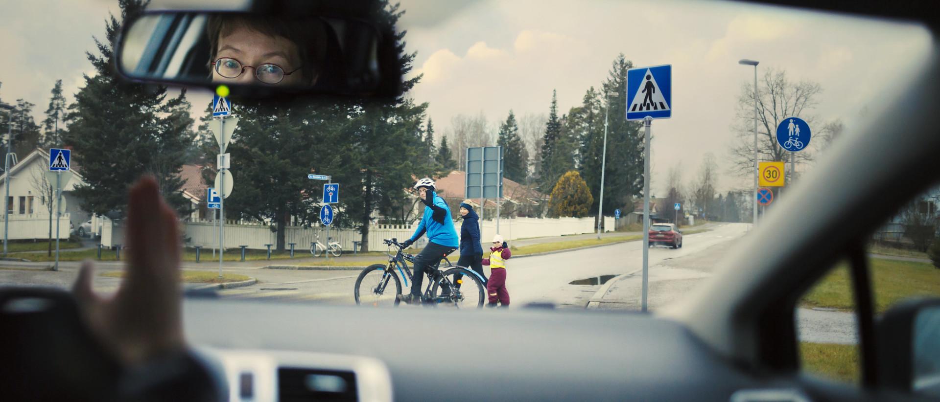 Auton kuljettaja antaa tietä pyöräilijälle ja kävelijöille oikein liikenneympyrästä poistuessaan 30 km/h nopeusalueella.